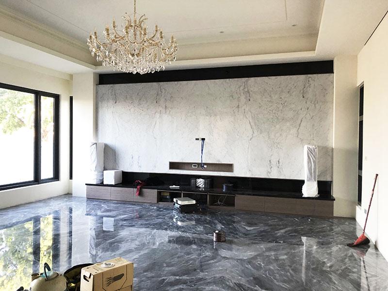 小雕刻白客廳電視牆